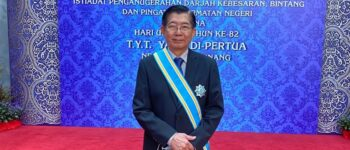 HCUC Deputy Vice Chancellor Prof Dr Teng Tjoon Tow receives the DSPN award from the Penang Governor